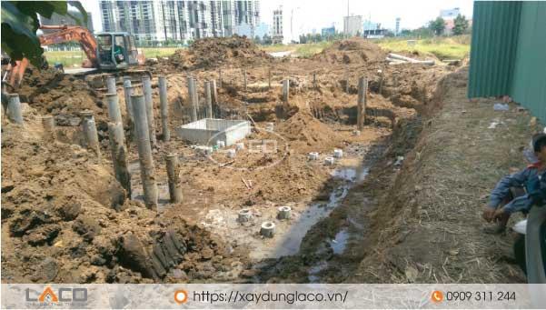 Khi thi công nhà phố có tầng hầm thì đơn vị thi công phải có biện pháp thi công đào đất tầng hầm.