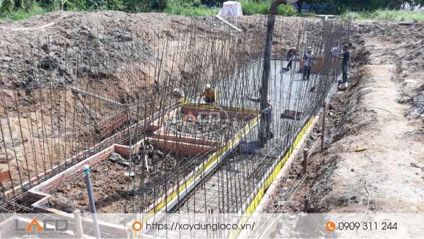 Vách tầng hầm được thi công bằng các thanh thép xếp theo phương thẳng đứng