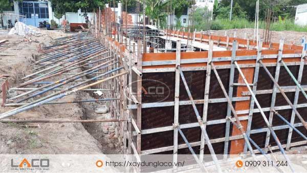 vách tầng hầm được thi công bằng bê tông cốt thép.