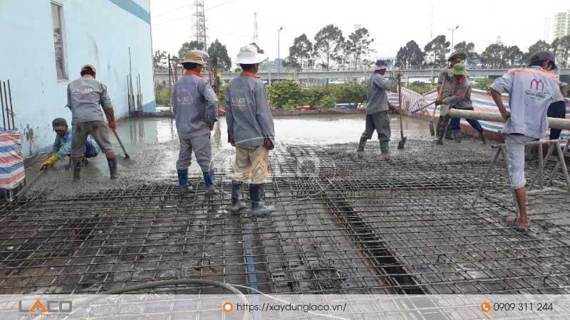 Đổ bê tông sàn cho công trình tòa nhà văn phòng